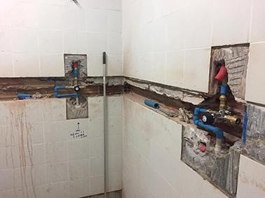 Hemos instalado pulsadores de ducha que regulan la temperatura en el vestuario se sauna